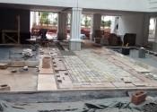 03/05/19 - Detalhe da execução do piso de pedras no térreo.