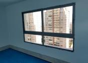 10/05/19 - Detalhe da instalação de esquadria de alumínio e vidro